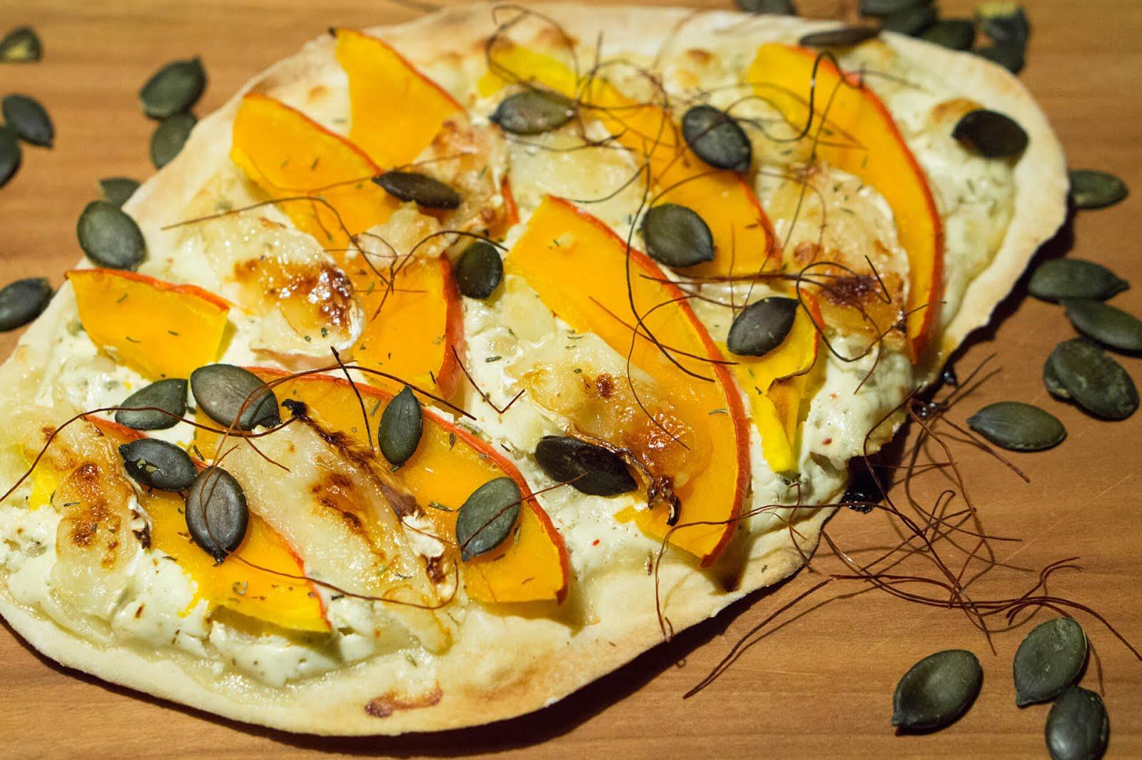 Herbstliche Pizza mit Kürbis und Ziegenkäse