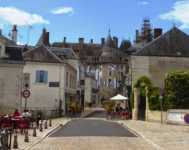 Looking op the street towards the chateau in Langeais in the Loire Valley