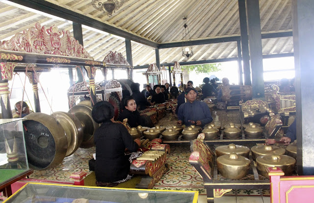 Menyaksikan Pertunjukan Gamelan di Bangsal Trajumas Kraton Yogyakarta