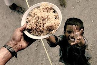 Criança em campo de desabrigados em Sukkur, no sul do Paquistão.