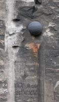 boulet de canon incruster dans un mur