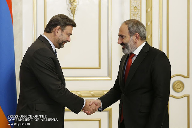 Pashinyan recibe embajador checo y a director People in Need