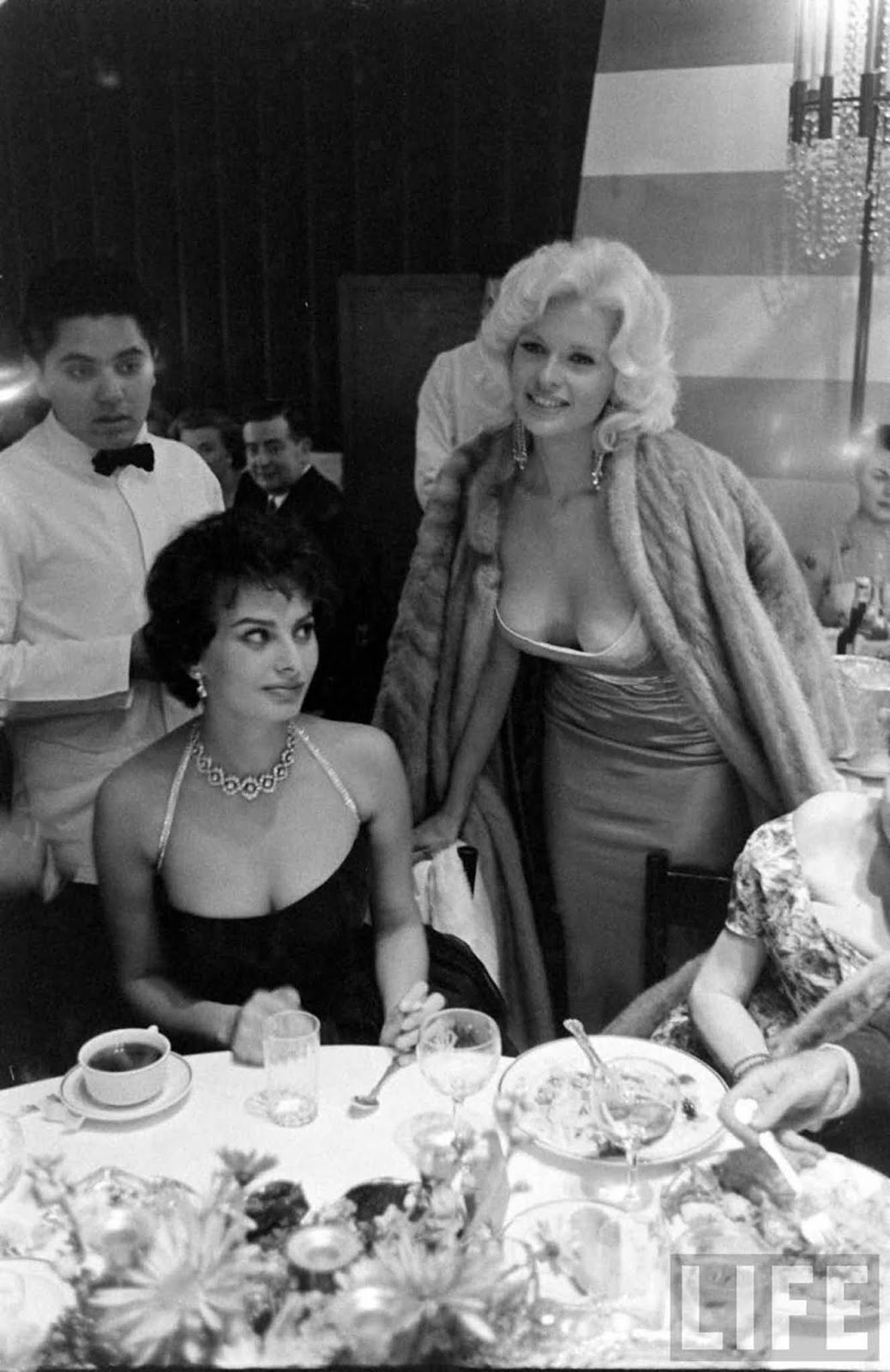 The story behind the infamous Sophia Loren and Jayne Mansfield photo, 1957