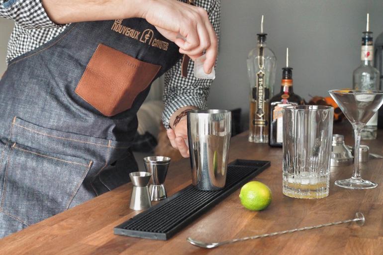 Préparation de cocktail : vodka et fleurs de sureau