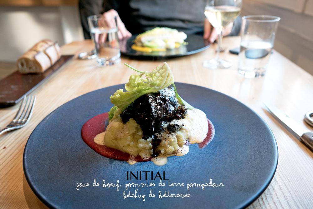Plat principal du Restaurant Initial Caen joue de boeuf confite accompagnée de pommes de terre pompadour et de ketchup de betteraves