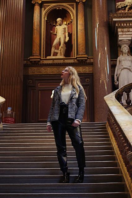 moi posant dans les escaliers du fitzwilliam museum
