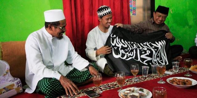 Datangi Rumah Nurul Fahmi, HTI Kenalkan Bendera Islam [Tauhid] Yang Sebenarnya