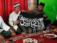 Datangi Rumah Nurul Fahmi, HTI Kenalkan Bendera Islam [Tauhid] Yang Sebenarnya Kepada Fahmi