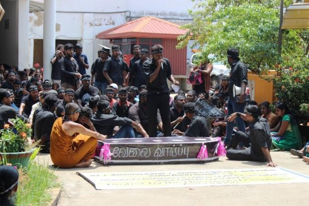 இலங்கை : வேலையற்ற பட்டதாரிகளின் போராட்ட குழுவினர் மீது போலீஸ் வழக்கு