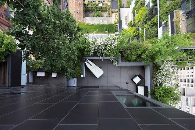 Widok na roślinny balkon