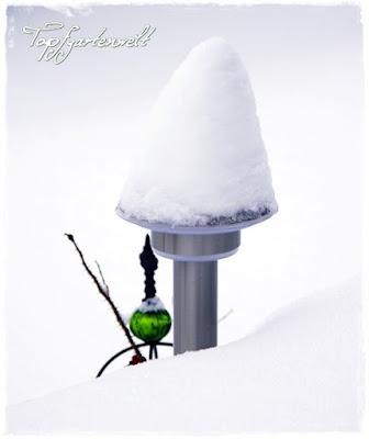 Gartenblog Topfgartenwelt Winter: verschneite Außenbeleuchtung