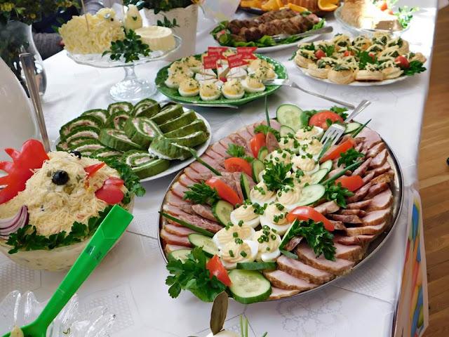 boczek, kiełbasa, szynka, rolady warzywne, sałatki, stoły wielkanocne