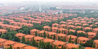 Το χωριό όπου όλοι έχουν δικό τους πολυτελές σπίτι, καλό αυτοκίνητο και καταθέσεις 250.000