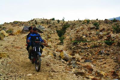 Mau ke kebun ?. Mengendarai motor melintasi jalur pendakian Gunung Papandayan.