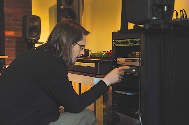 STEVEN-WILSON-FACING-RACK-IN-STUDIO-_-PH