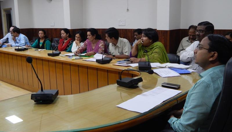 खण्ड विकास अधिकारियों को कार्याें में तेजी लाने के डी एम् ने दिए निर्देश