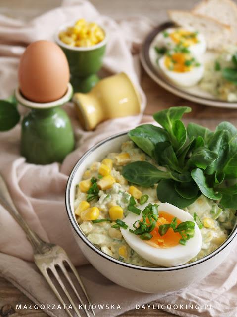 sałatka na Wielkanoc, dania na wielkanocny stół, lekka sałatka z jajkami, co zrobić z awokado, daylicooking, wielkanocne potrawy