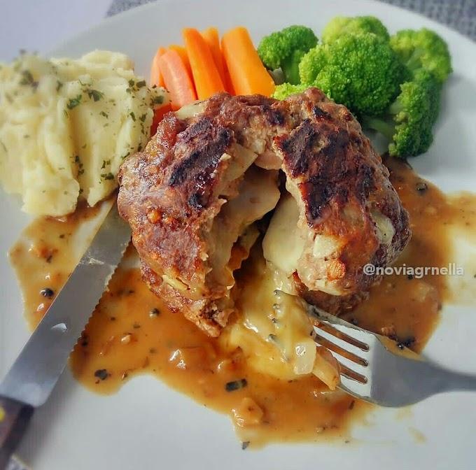 Resep membuat Salisbury Steak isi Mozarella saus bawang yang lezatnya meleleh di mulut