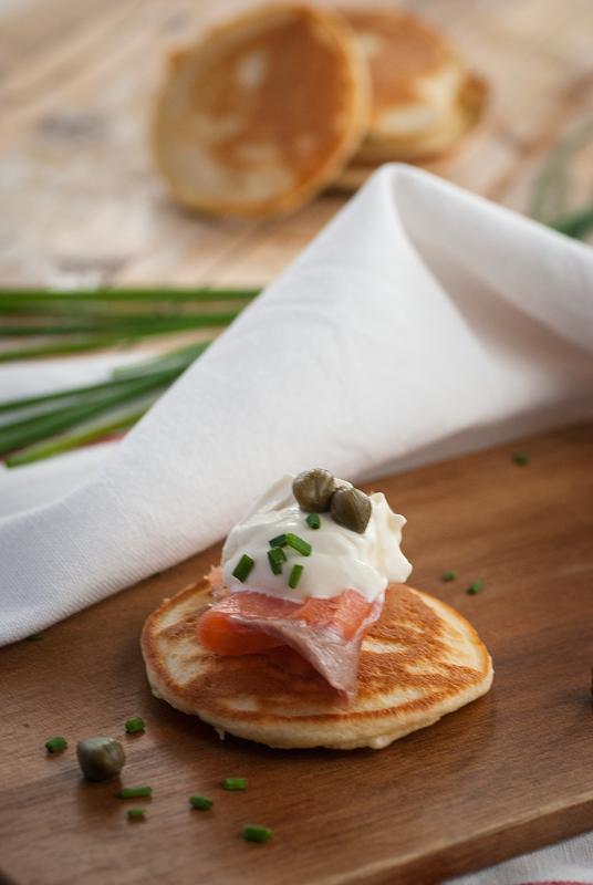 blinis-con-salmon-ahumado-y-crema-agria