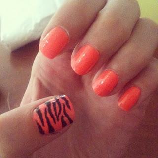 uñas pintadas naranja y negro