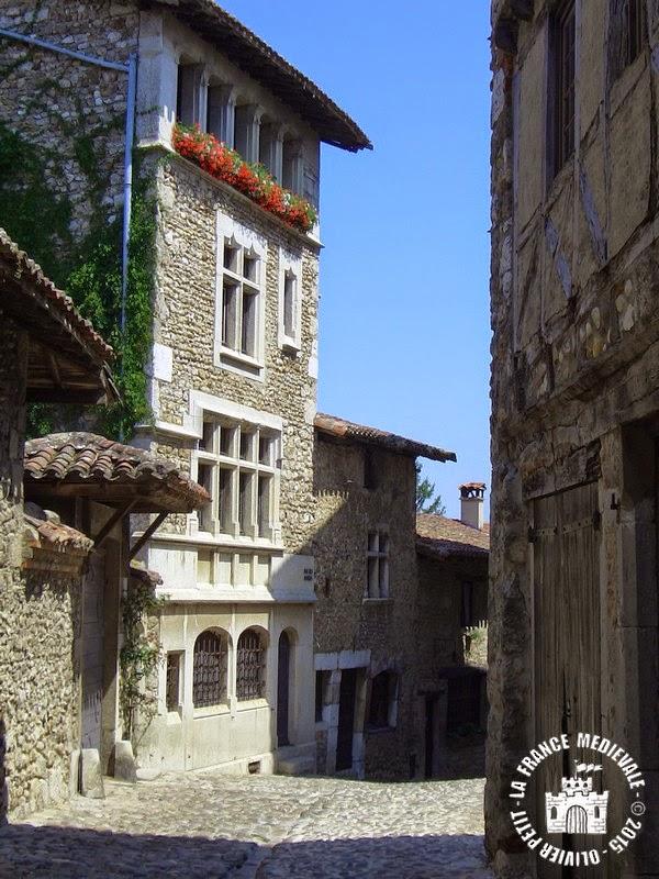 PEROUGES (01) - La cité médiévale