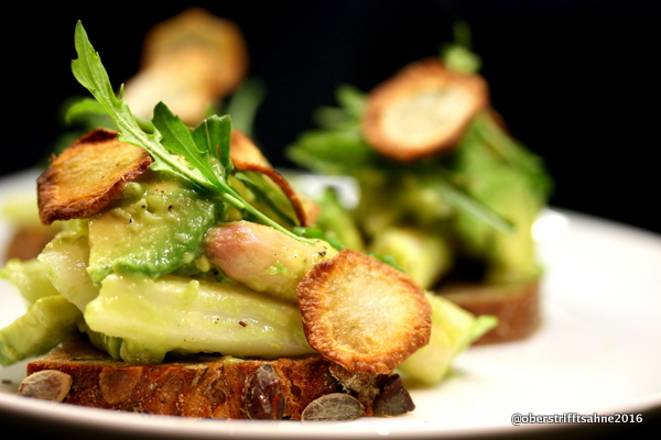 Spargelsalat mit Avocado, Salzzitrone, Topinamburchips