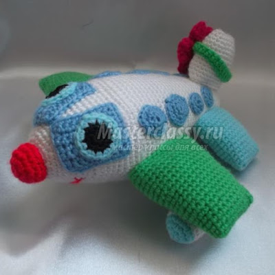 Вязаная игрушка самолет амигуруми