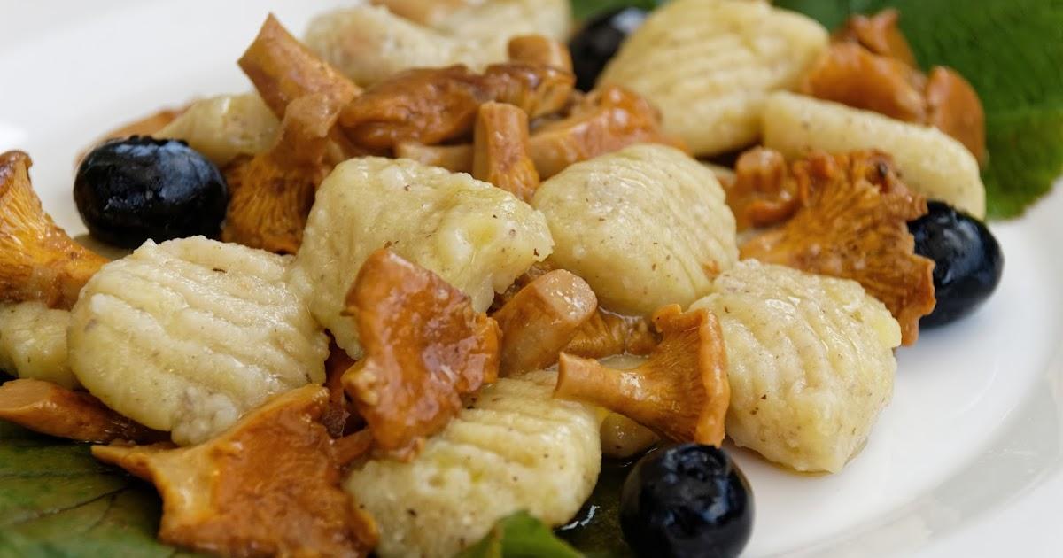 Gnocchi di patate e nocciole, finferli e mirtilli