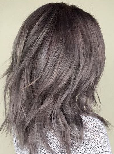 Warna rambut abu-abu mutiara metalik