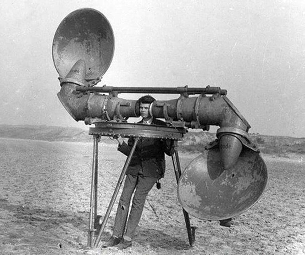 Un localizador checo, años veinte. Los reflectores en forma de cuchara dirigen el sonido a tubos de gran diámetro. Fabricado por Goerz. Cuando se probó en la estación de investigación militar holandesa en Waalsdorp, se encontró