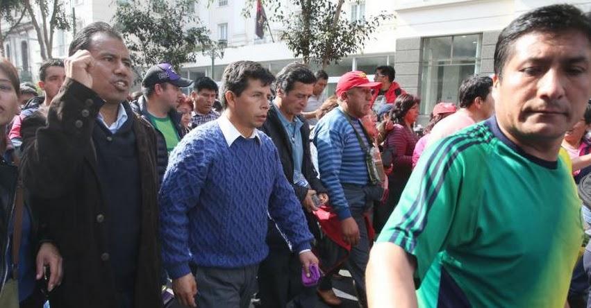 Video muestra a profesores en huelga utilizando a alumnas en marcha en Andahuaylas
