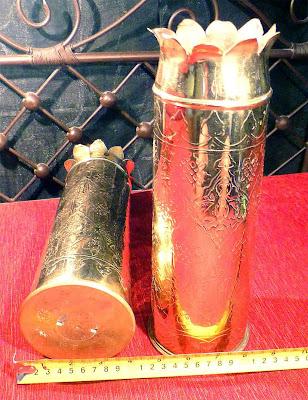 Pareja de jarrones trabajados a cincel con motivos vegetales sobre vainas de obus de bronce. Realizados en los talleres artesanales de El Cairo en Egipto.