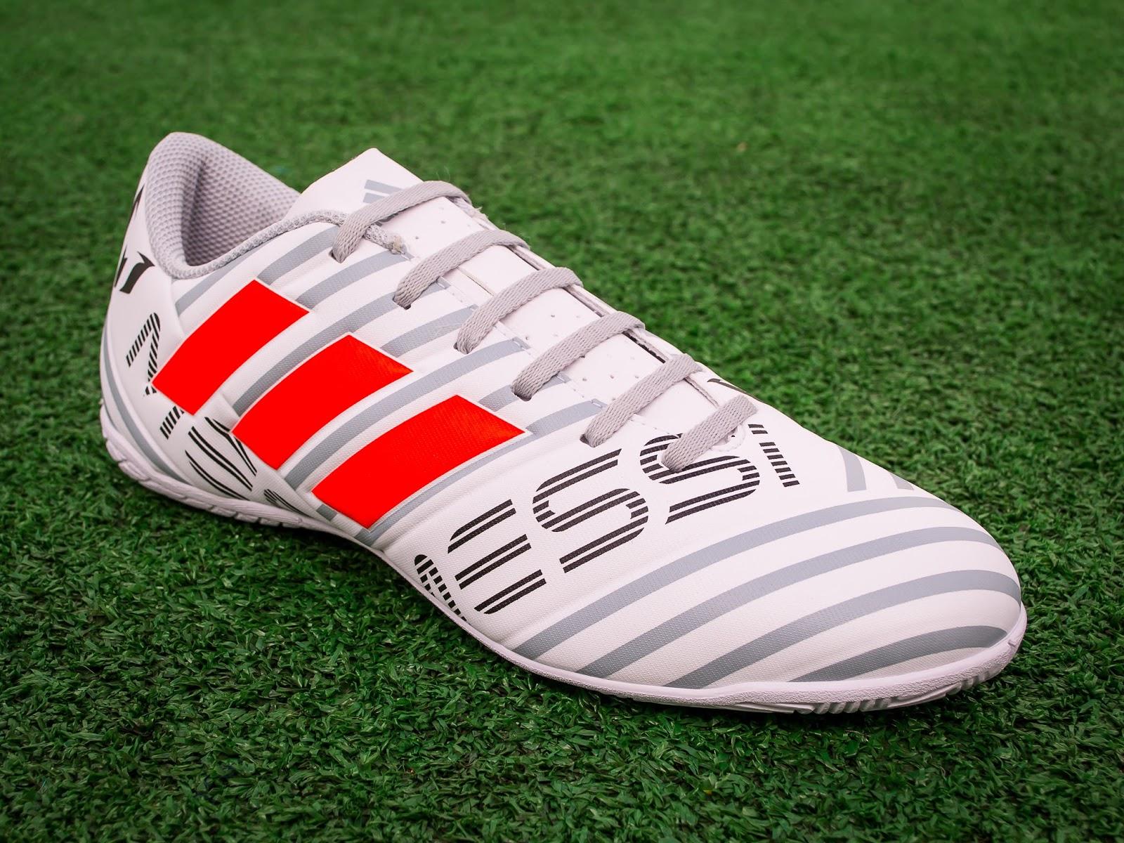 b5f31384f9ea5 A Adidas lançou o novo modelo de chuteira do Messi. A Nemeziz 17.4 chegou  nas nossas mãos e agora você vai ficar sabendo das novidades tecnológicas.