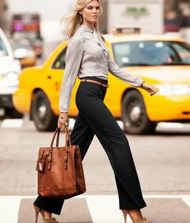 Modelo caminando con traje ejecutivo