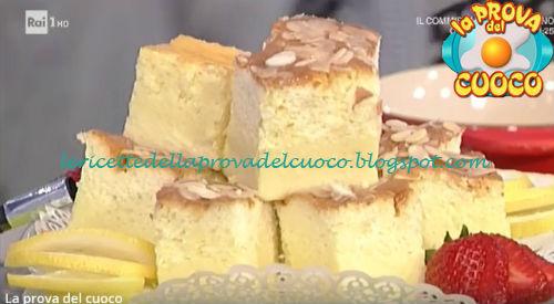 Torta magica al limone con caramello e mandorle ricetta Cattelani da Prova del Cuoco