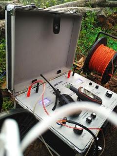 asa Geolistrik A.  APA YANG DIMAKSUD GEOLISTRIK Geolistrik adalah sarana penyelidikan untuk menunjang pengeboran airtanah. Dilaksanakan sebelum diadakan pengeboran dengan methode Schlumberger yaitu dengan cara memanfaatkan sifat kelistrikan terhadap formasi batuan terhadap arus listrik yang diinjeksikan searah ke dalam bumi melalui dua elektroda arus pada dua titik permukaan bumi. Kedua elektroda potensial ditempatkan berdasarkan susunan konfigurasi elektroda tertentu. Untuk kajian yang tepat studi ini adalah konfigurasi Schlumberger. Konfigurasi elektroda Schlumberger menempatkan susunan elektroda dimana dua elektroda (MN) ditempat diantara dua elektroda arus (AB). Pada saat pengukuran, elektroda arus (AB) dan elektroda potensial (MN) akan dipindah sesuai dengan jarak yang telah ditentukan, yaitu  jarak elektroda (MN/2)< 1/5 jarak elektroda arus (AB/2). Karena dengan geolistrik ini yang akan mengetahui kondisi bawah tanah suatu lahan yang akan diadakan pengambilan airtanah atau dilaksanakan pengeboran. Adapun hasil yang disajikan dari survey atau pendugaan geolistrik itu sendiri adalah : -  mengetahui arah sebaran airtanah menurut susunan batuannya -  mengetahui ketebalan akuifer (batuan yang dapat menyimpan air) sebagai sumbernya. - mengetahi gambaran sementara kualitas airtanah yaitu warna kuning atau karat (Fe),air payau dan air asin (Cl). -   menetukan kedalaman pengeboran. -   Dan untuk  Pertimbangan memperhitungkan Rencana Anggaran Biaya (RAB).  B.  APA YANG DISEBUT GEOLOGIST  Geologist adalah seorang ahli di bidang pengamatan batuan, biasanya dalam pengeboran skala besar atau beberapa titik sumur di lahan yang luas. Ahli geologist inilah yang akan memperkirakan batuan bawah tanah yang akan dijumpai setelah pengeboran berlangsung. Geologist dapat dipergunakan bilamana perlu saja.  C. APA ITU ANALISIST  Mungkin khalayak umum  sedikit – banyak sudah mengetahuinya apa tugas seorang        analisist, analisist adalah bagian tersendiri yang meneliti kwalitas air d