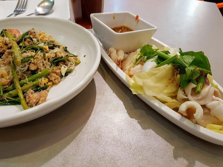 午餐含羞草炒米粉以及川燙海鮮