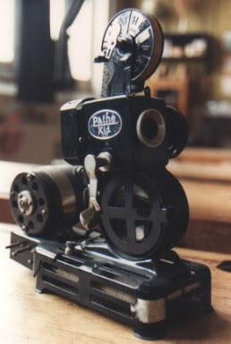 Projecteur PATHE-KID-9 mm, modèle simplifié du PATHE-BABY-9mm pour usage scolaire, 1934 (collection musée)
