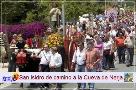 Podrá disfrutar del camino hacia la ermita de San Isidro, tras el patrono se forman una fila de carretas, caballos y carrozas decoradas alegremente para la ocasión, en la que participa la gente vestida con trajes rocieros
