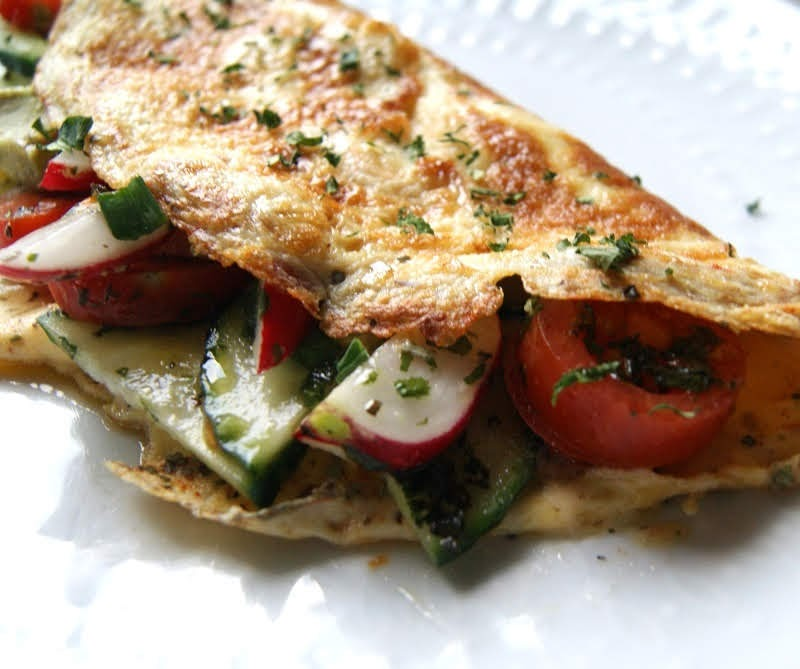 Keto sałatki i omlet warzywny