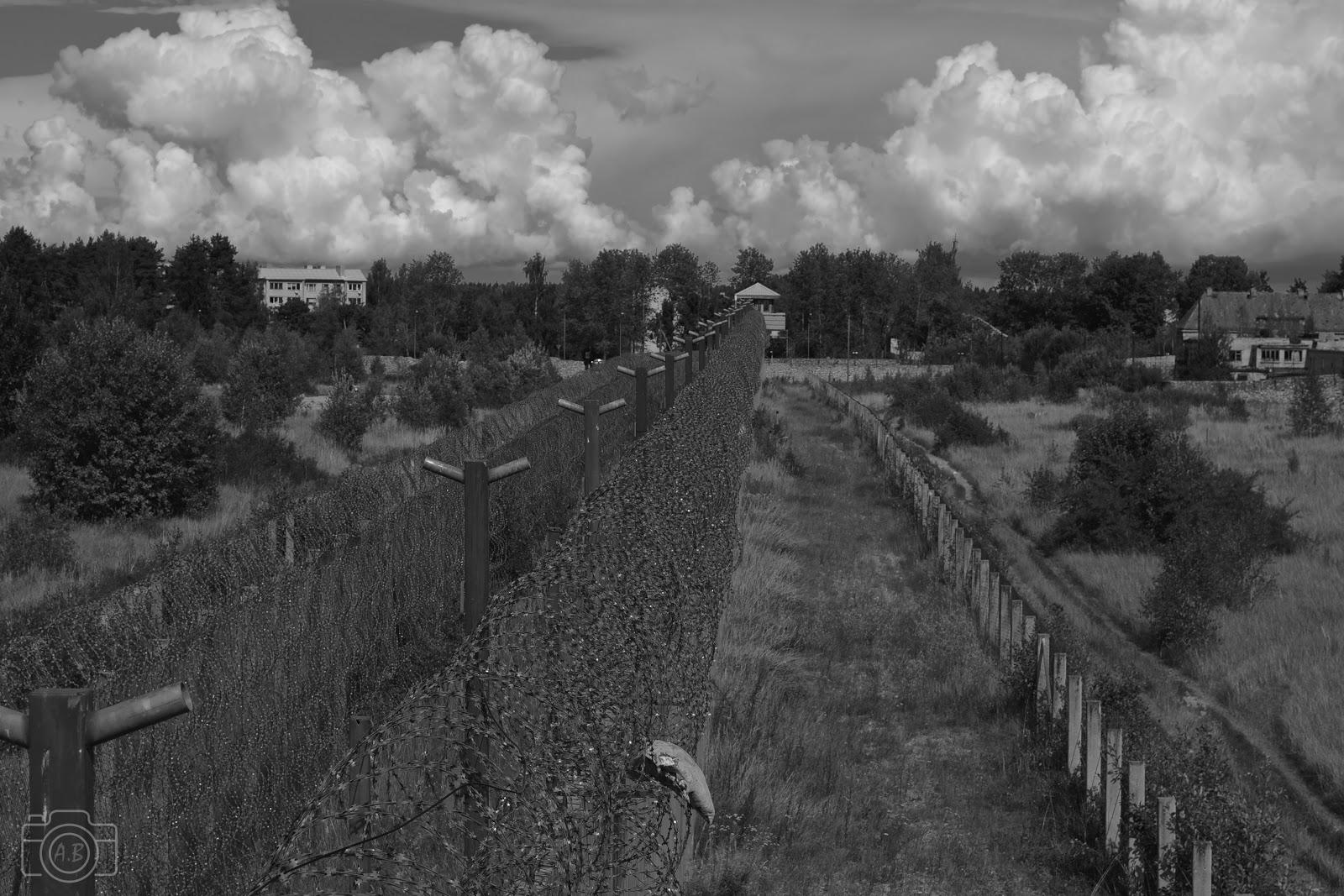 Prison de Rummu, noir & blanc, mur barbelé