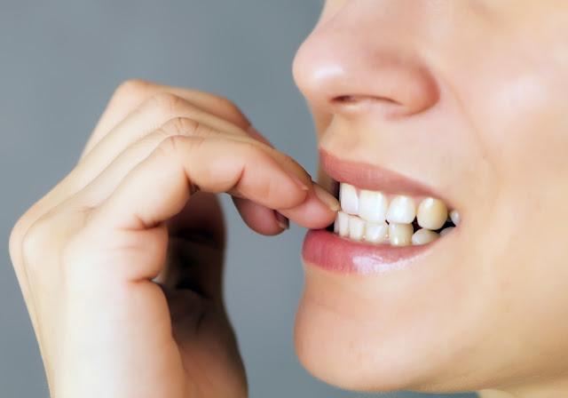 قَضم الأظافر بالأسنان