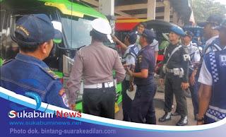 [Petugas gabungan melakukan pemeriksaan terhadap kendaraan yang dikerahkan untuk angkutan Lebaran di Terminal Palabuhanratu].