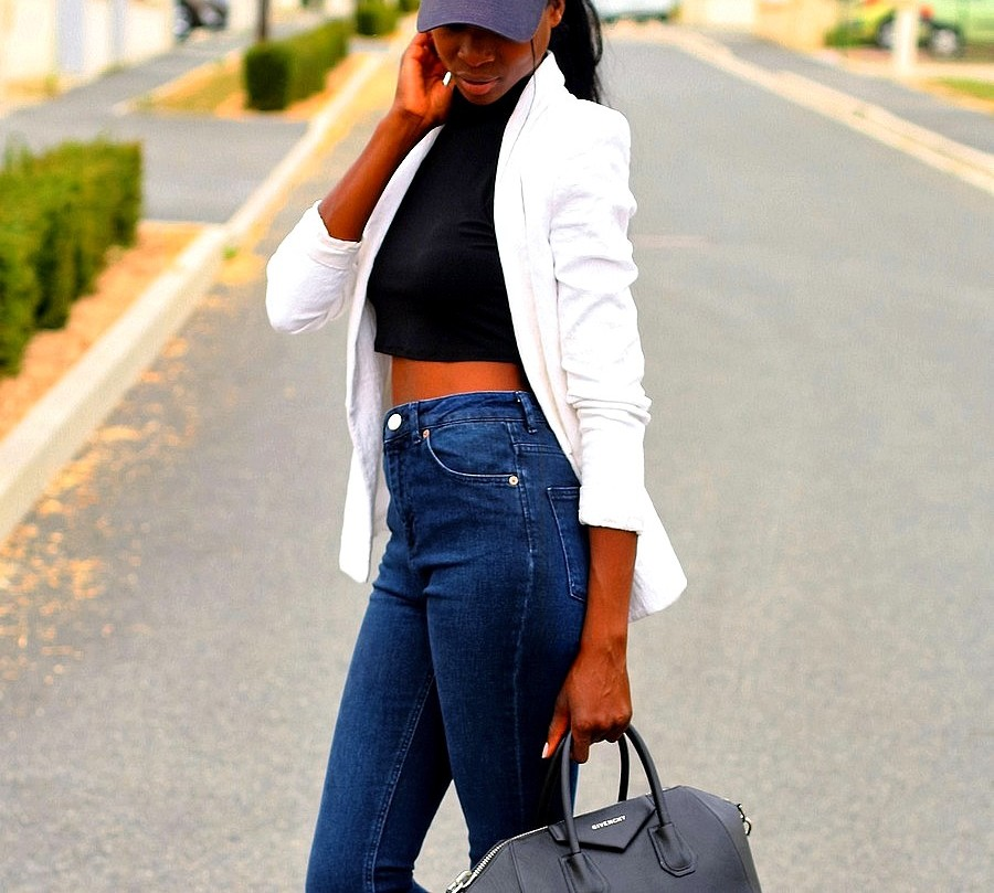 outfit-sport-chic-blazer-blanc-crop-top-jeans-taille-haute-casquette-new-era
