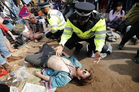 Folytatódnak a környezetvédők tiltakozó akciói Londonban, Heathrow is a célkeresztben
