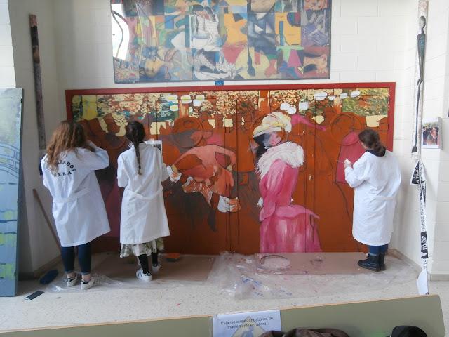 Pintando a porta do Salón de Actos