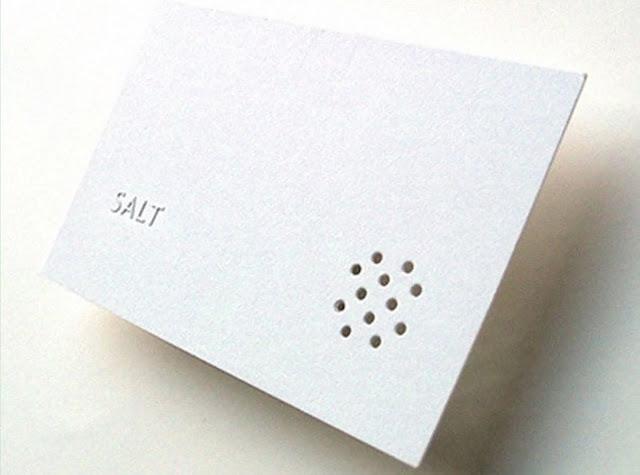 Vì tên nhà hàng có nghĩa là muối - Salt, nên người thiết kế đã khéo léo tạo điểm nhấn cho tấm danh thiếp bằng các chi tiết giống chiếc nắp của hũ đựng muối