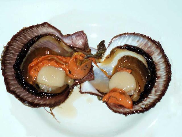 Морские гребешки – деликатесный продукт, нежная сладковатая мякоть которого является обязательной составляющей большинства блюд французской кухни, а также блюд элитных ресторанов всего мира.    Употребление в пищу возможно как в чистом виде, так и в качестве наполнителя в салаты и иные блюда.      Готовый продукт обладает тонким ароматным вкусом.      Блюда на основе морского гребешка при всей своей утонченности совсем не требуют больших затрат труда и времени.