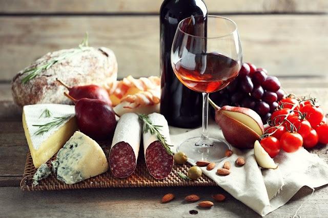 Taça de vinho acompanhada petiscos