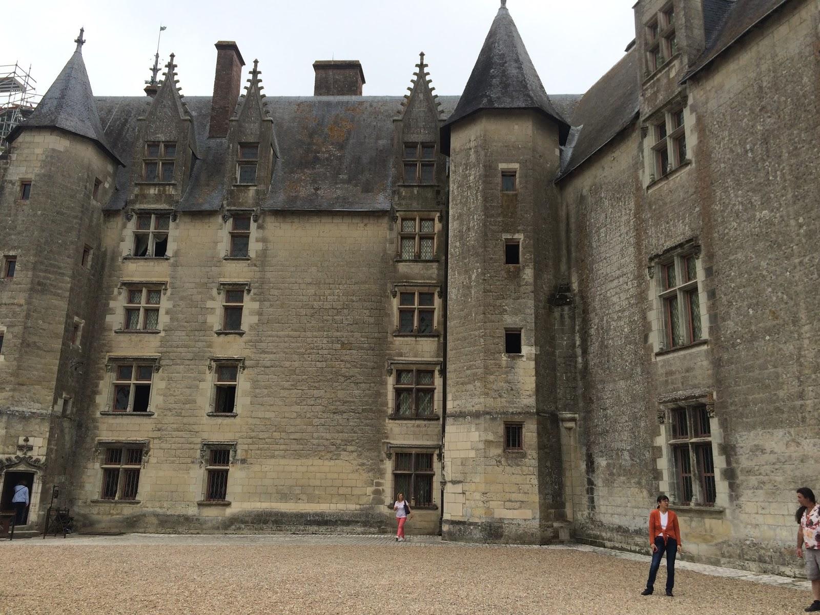 zamek w Languais- średniowieczna budowla, piękne wyposarzenie zamku